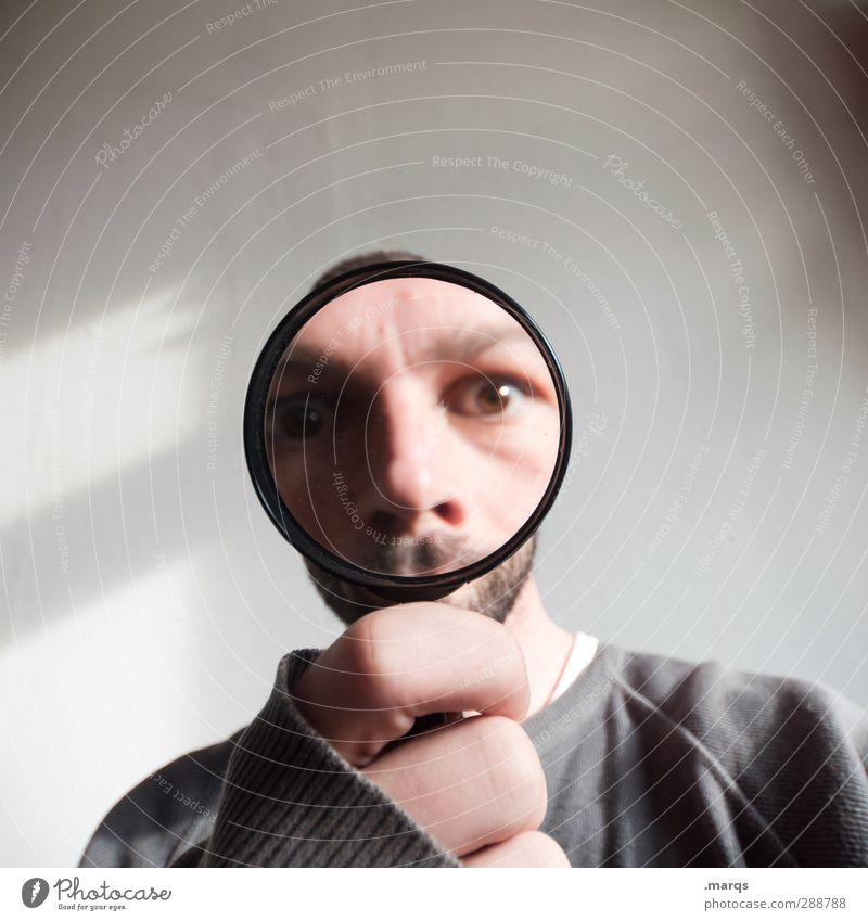 Untersuchung Mensch maskulin Erwachsene Kopf Hand Lupe Zeichen Blick außergewöhnlich lustig Perspektive skurril Zukunft Suche Detektiv Wahrheit Überraschung