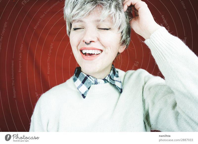 Schöne und glückliche Frau mit grauem Haar Lifestyle Stil Freude schön Haare & Frisuren Gesicht Erholung Mensch feminin androgyn Erwachsene Jugendliche 1
