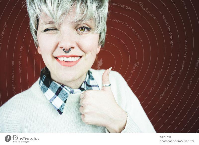 Schöne und glückliche Frau mit grauem Haar Stil Haare & Frisuren Gesicht Erholung Mensch feminin androgyn Erwachsene Jugendliche 1 18-30 Jahre Jugendkultur