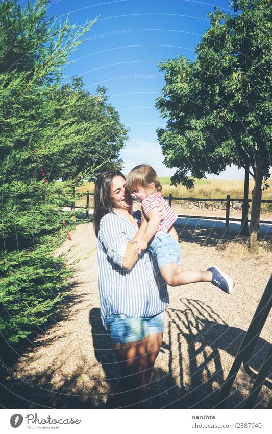 Mutter und Tochter haben Spaß zusammen in einem Park. Lifestyle Freude Leben Spielen Sommer Kindererziehung Mensch feminin Kleinkind Mädchen Frau Erwachsene