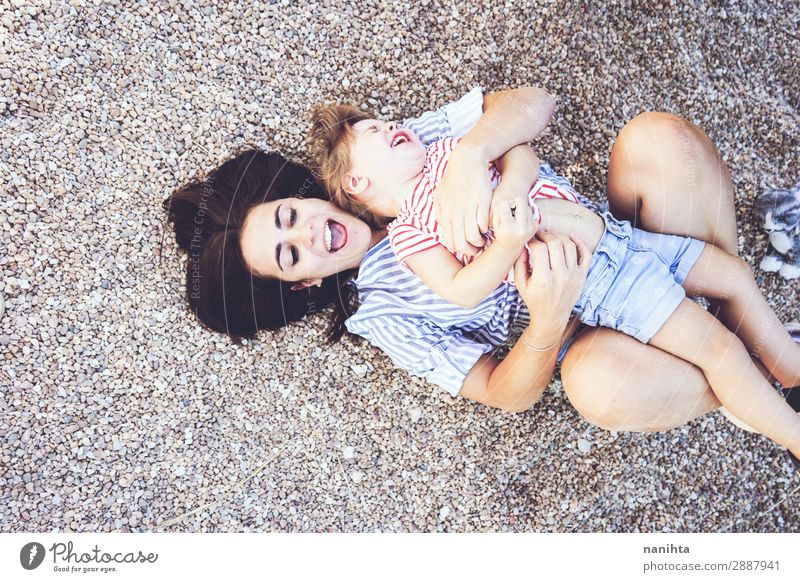 Frau Kind Mensch Natur Jugendliche Sommer Freude 18-30 Jahre Lifestyle Erwachsene Leben Liebe lustig feminin Gefühle Familie & Verwandtschaft