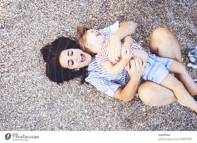 Mutter und Tochter haben Spaß zusammen in einem Park. Lifestyle Freude Leben Spielen Sommer Kindererziehung Mensch feminin Kleinkind Frau Erwachsene