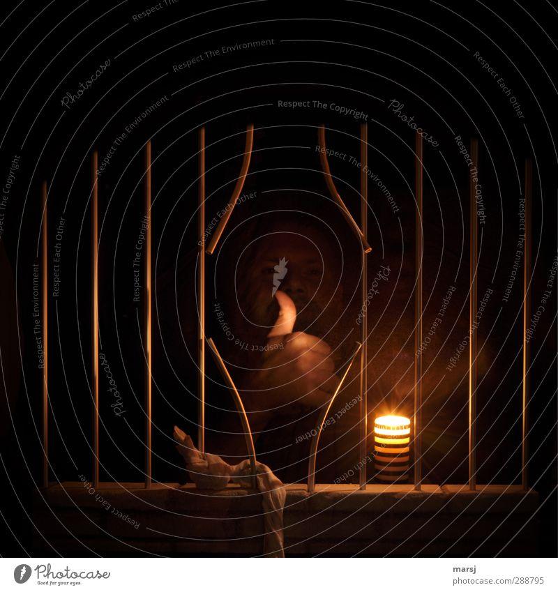Freiheit !! Endlich Frei!! Mensch maskulin Mann Erwachsene Gesicht Hand Daumen Faust 1 30-45 Jahre Fenster Kerze Flamme Beton Stahl Gefängnis Gitterstäbe