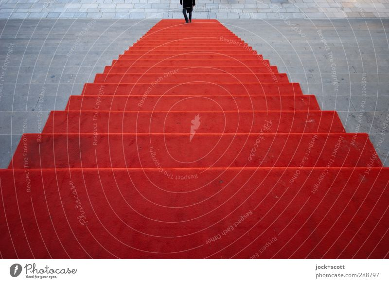 Treppe trifft Mensch gehen lang rot Beginn Symmetrie Irritation Wandel & Veränderung Wege & Pfade Roter Teppich aufsteigen klassisch Reaktionen u. Effekte