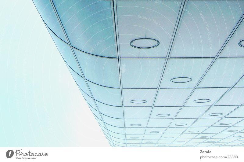Hochhaus Haus Weitwinkel Perspektive Flucht blau Architektur