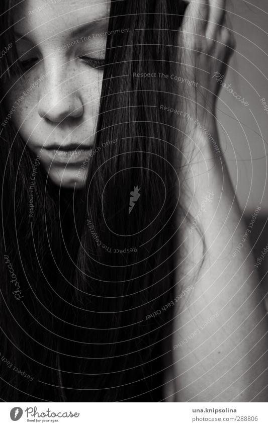 good lies Frau Erwachsene Haare & Frisuren Gesicht 1 Mensch 18-30 Jahre Jugendliche brünett langhaarig Denken schlafen träumen Traurigkeit dunkel natürlich