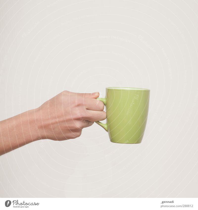 Bitteschön. Frühstück Kaffeetrinken Getränk Heißgetränk Kakao Tee Arme Hand heiß Wärme grün Quadrat ruhig gestellt neutral geben festhalten genießen Tasse