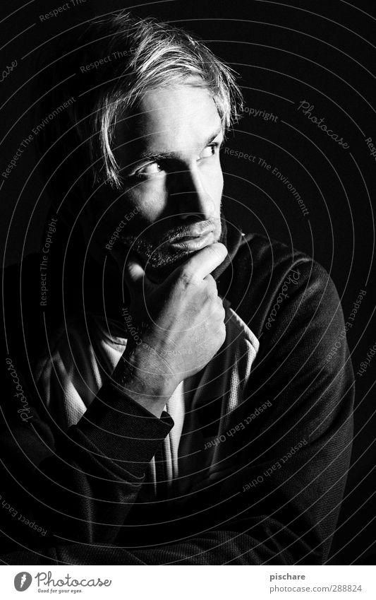 Der Denker (denkt er) Mann ruhig schwarz Erwachsene dunkel Denken blond maskulin Konzentration Beratung eckig Rätsel Dreitagebart