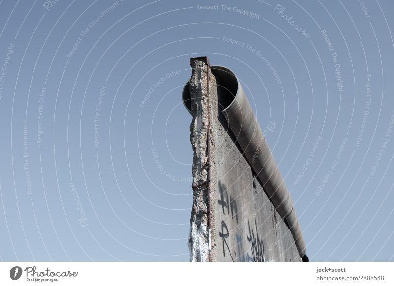 Mauerrest Sightseeing Wolkenloser Himmel Berlin-Mitte Sehenswürdigkeit Beton Graffiti authentisch Bekanntheit historisch kaputt Originalität blau grau Stimmung