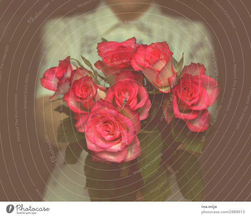 Blumen für dich! Frau Mensch Jugendliche Junge Frau Sommer Pflanze Erwachsene Leben Liebe Blüte Frühling feminin Feste & Feiern rosa Freizeit & Hobby