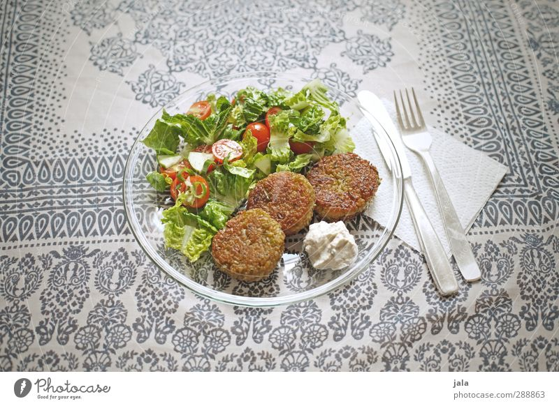 hunger? Lebensmittel Gemüse Salat Salatbeilage bratlinge Tomate Ernährung Mittagessen Bioprodukte Vegetarische Ernährung Geschirr Teller Besteck Messer Gabel