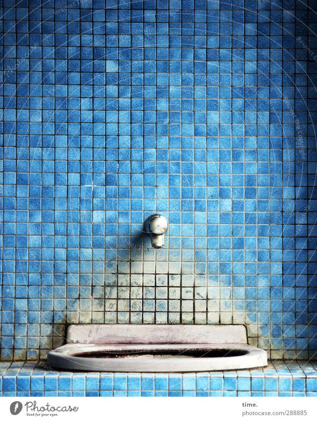 Erfrischungsplätzchen Raum Bad Fliesen u. Kacheln Waschbecken Wasserhahn Mauer Wand Fassade außergewöhnlich historisch kaputt Wahrheit authentisch Konzentration