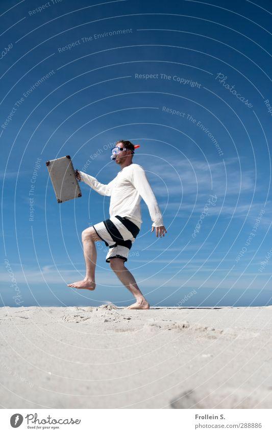 Walk On The Wild Side Sommerurlaub Mann Erwachsene 1 Mensch 30-45 Jahre Clown Sand Schönes Wetter Küste Strand Fußgänger Badehose Koffer Taucherbrille laufen