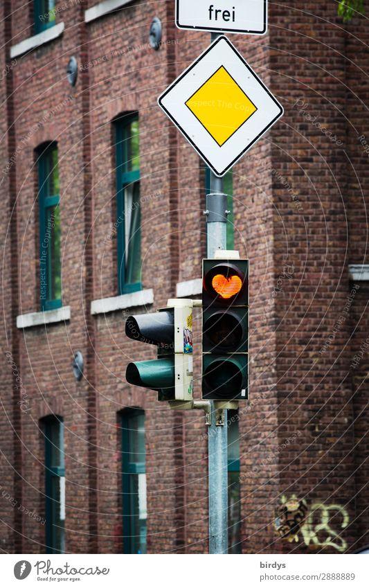 Freie Liebe hat Vorfahrt Stadt Haus Fassade Verkehr Straßenverkehr Ampel Verkehrszeichen Verkehrsschild Zeichen Herz leuchten authentisch außergewöhnlich frei