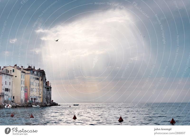 Es werde Licht Himmel Wolken Gewitterwolken Sonnenlicht Wetter Wellen Küste Meer Rovinj Kroatien Dorf Kleinstadt Altstadt Bauwerk Gebäude Fassade Unendlichkeit