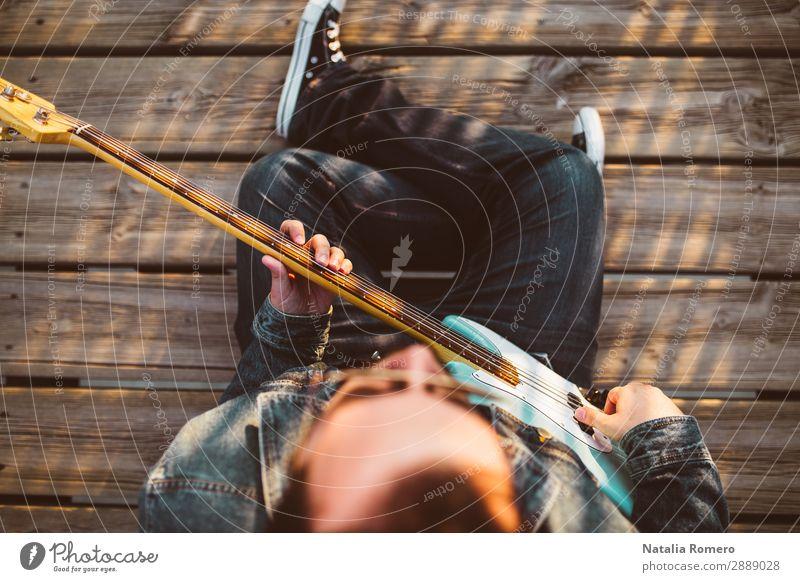 Outdoor-Fotosession mit einem Bassisten und seinen Instrumenten Spielen Entertainment Musik Mensch Mann Erwachsene Konzert Band Musiker Gitarre Natur Felsen
