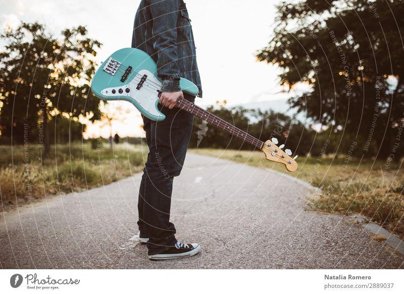 Outdoor-Fotosession mit einem Bassisten Spielen Entertainment Musik Mensch Mann Erwachsene Konzert Band Musiker Gitarre Natur Felsen schwarz Künstlerin Jazz