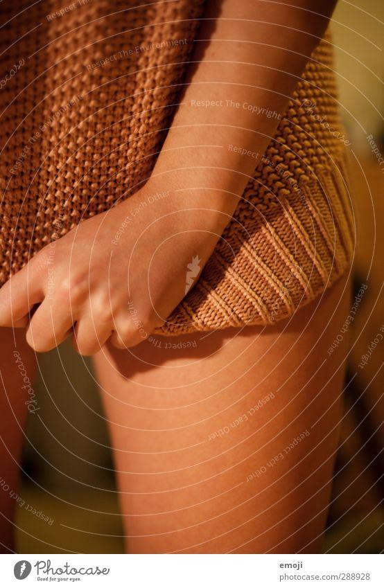 Pulli II feminin Junge Frau Jugendliche Haut Beine 18-30 Jahre Erwachsene Pullover kuschlig Wärme reizvoll Erotik Farbfoto Innenaufnahme Kunstlicht Licht