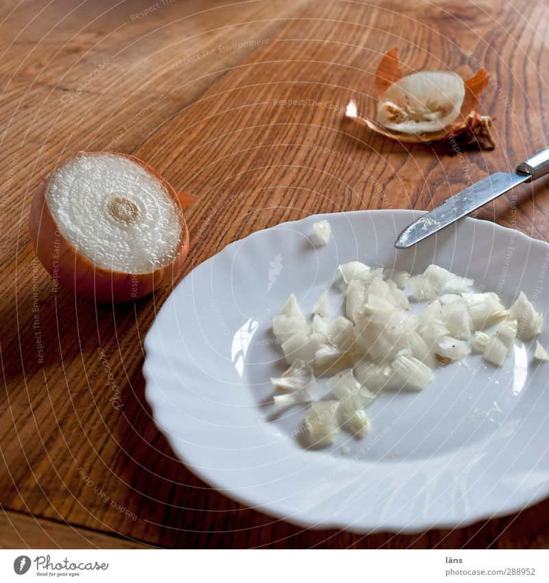 läns kocht | verflixt und zugenäht Lebensmittel Zwiebel Teller Messer genießen Tisch geschnitten frisch Vorbereitung Essen Gemüse Küche Küchentisch Tränen