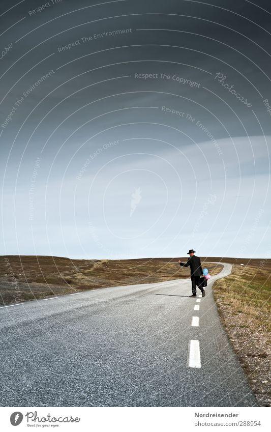 Per Anhalter durch die Galaxis maskulin Mann Erwachsene 1 Mensch Horizont Hügel Straße Wege & Pfade gehen Neugier rebellisch wild Zufriedenheit Idee einzigartig