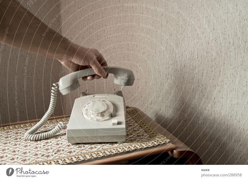 Da geht wieder keiner ran | verflixt und zugenäht alt Hand Wohnung Arme Häusliches Leben Kommunizieren Telekommunikation Telefon retro festhalten Kontakt Vergangenheit Tapete DDR Decke Telefongespräch