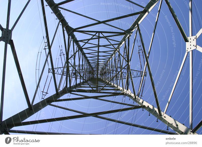 Aufwärts Elektrizität Strommast Stahl grau Industrie aufwärts Gittermast Energiewirtschaft Leitung blau