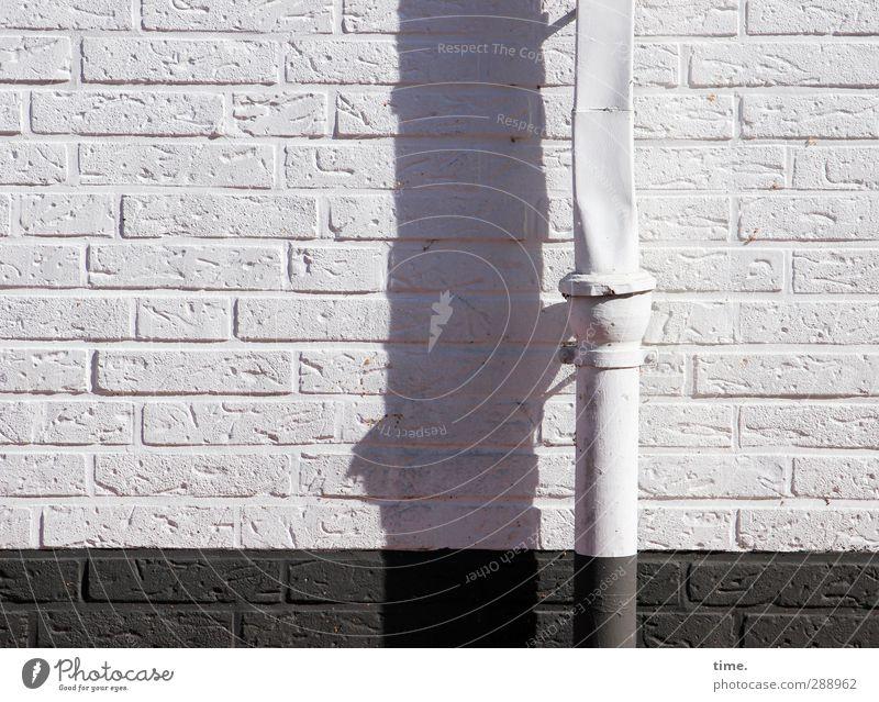verflixt und zugenäht | Engpass Stadt weiß Haus Wand Mauer grau Fassade verrückt kaputt einfach Symbole & Metaphern trocken lang Platzangst trashig eng
