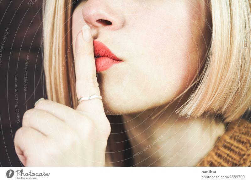 Nahaufnahme einer jungen Frau, die um Ruhe bittet. Lifestyle Stil schön Haare & Frisuren Haut Gesicht Kosmetik Schminke Lippenstift ruhig Erwachsene Mund Finger