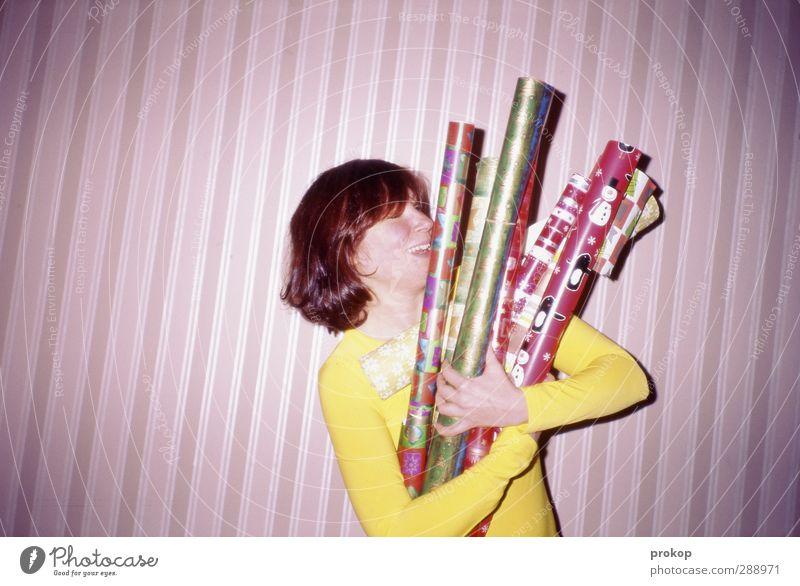 Packstation Lifestyle kaufen Stil Mensch feminin Junge Frau Jugendliche Erwachsene Leben festhalten Lächeln lachen schön Kitsch positiv Kraft Stress Freude