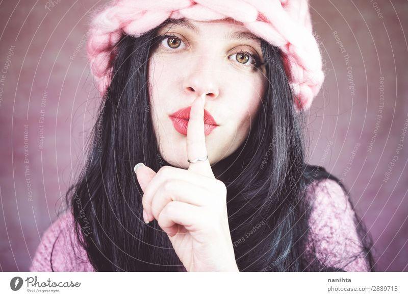 Schöne brünette Frauen, die stille Gesten machen. Lifestyle elegant Stil schön Haare & Frisuren Haut Gesicht Kosmetik Lippenstift ruhig Mensch feminin