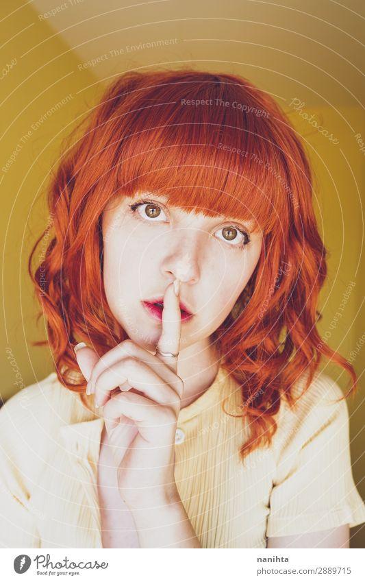 Junge rothaarige Frau, die eine stille Geste macht. Lifestyle Stil schön Haare & Frisuren Haut Gesicht ruhig Mensch feminin Junge Frau Jugendliche Erwachsene