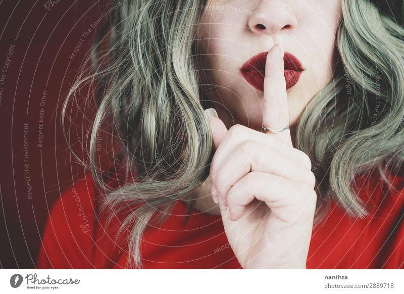 Elegante junge Frau mit stiller Geste Lifestyle elegant Stil schön Haare & Frisuren Haut Gesicht Schminke Lippenstift ruhig Mensch feminin Junge Frau