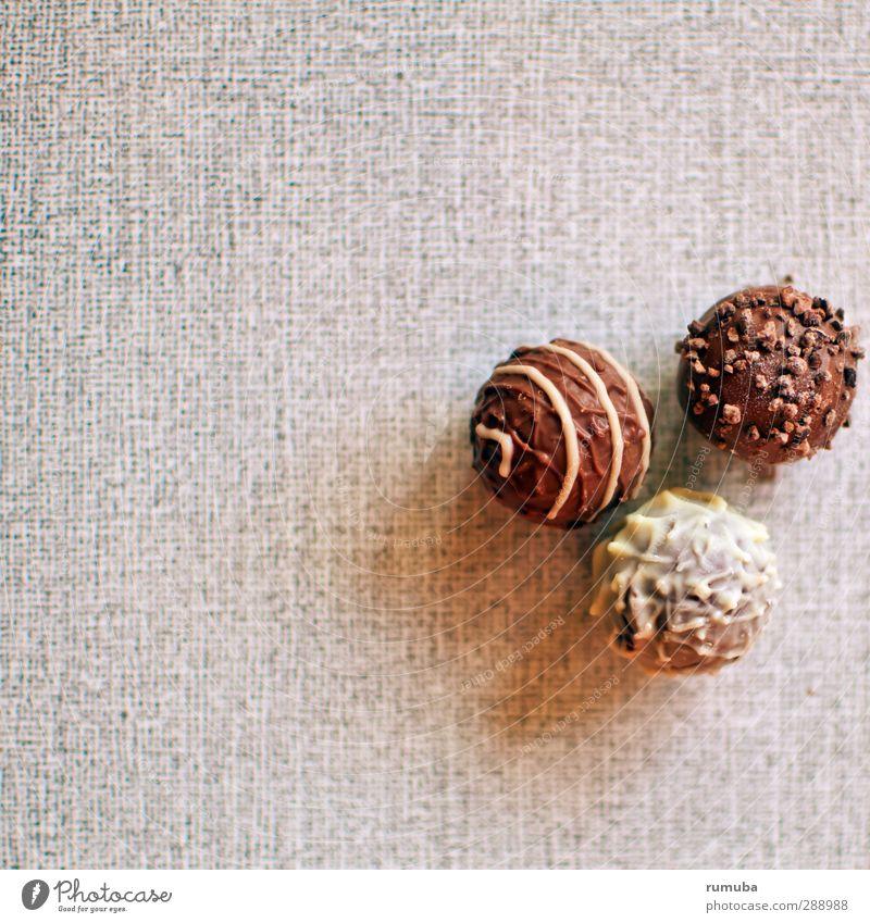 Pralinés Dessert Süßwaren Schokolade Essen genießen süß trösten Selbstbeherrschung rund 3 Schneidebrett Dekoration & Verzierung lecker Kalorie Konfekt Farbfoto