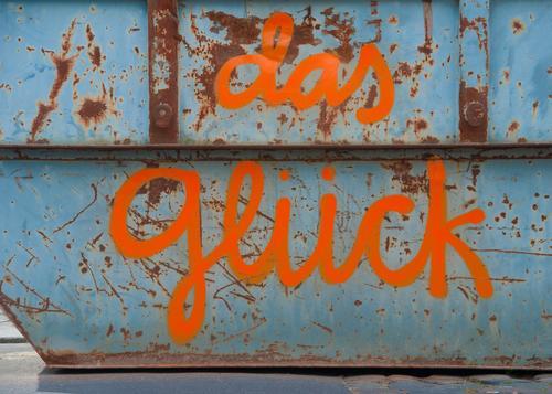 Glück rostet nicht blau Freude Graffiti Stil Kunst außergewöhnlich orange Stimmung Metall Schriftzeichen Fröhlichkeit Kreativität einzigartig Baustelle Glaube