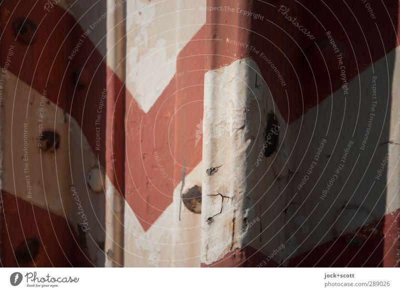 Warnstreifen Säule Metall Schilder & Markierungen Verkehrszeichen Pfeil Streifen rot weiß achtsam Rost Niete Strebe diagonal dreckig Dreieck abwärts Lücke