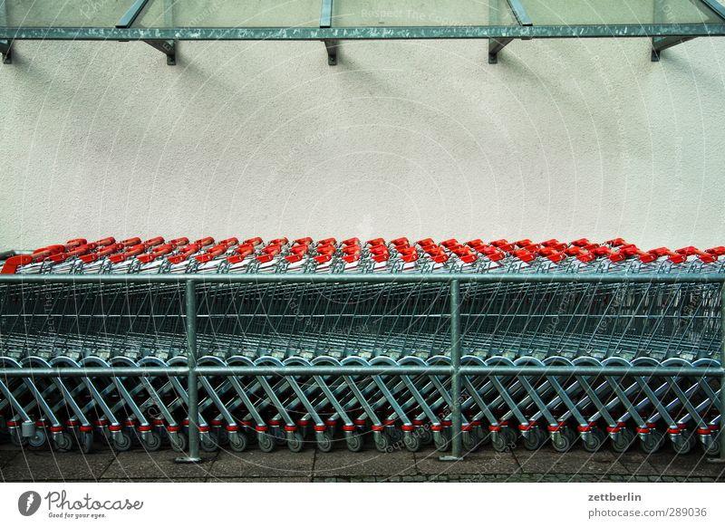 Einkaufswagen Berlin Metall Business Lifestyle kaufen Dach Beruf Jagd Reihe Menschenmenge Handel Wirtschaft Unternehmen Parkplatz Expedition Supermarkt