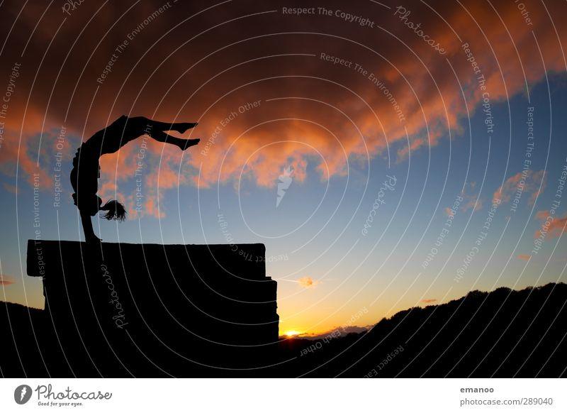 Handstützüberschlag Lifestyle Stil Freude Freizeit & Hobby Sport Sportler Mensch feminin Junge Frau Jugendliche Erwachsene Körper 1 Natur Himmel Wolken Sommer