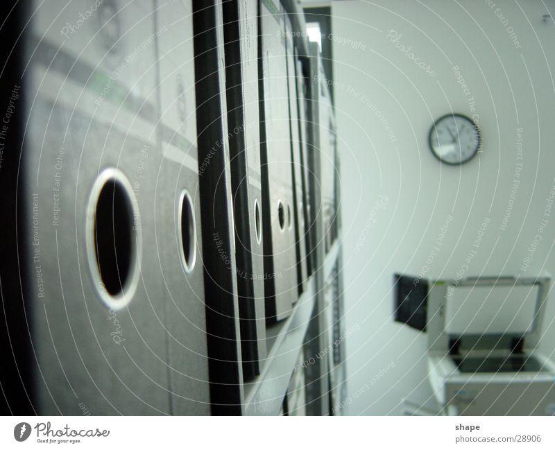 buero_02 schwarz Wand Gefühle Graffiti Büro Business Arbeit & Erwerbstätigkeit Zeit Uhr Suche Reihe Aktenordner ernst finden Schrank Regal
