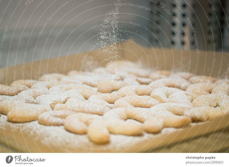 In der Weihnachtsbäckerei Lebensmittel Teigwaren Backwaren Küche Duft süß Zucker verteilen Vanillekipferl Haus Weihnachten & Advent Backblech Farbfoto