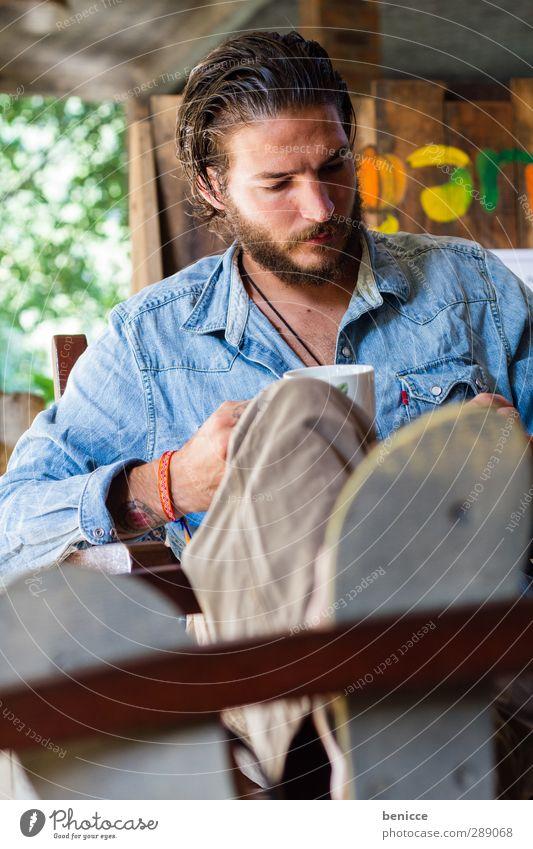 Kaffeepause Mann Mensch sitzen Tisch Stuhl Sessel Getränk trinken Handy Spielen SMS schreiben lesen Fuß hochlegen Erholung Pause Bart Vollbart Jeanshemd