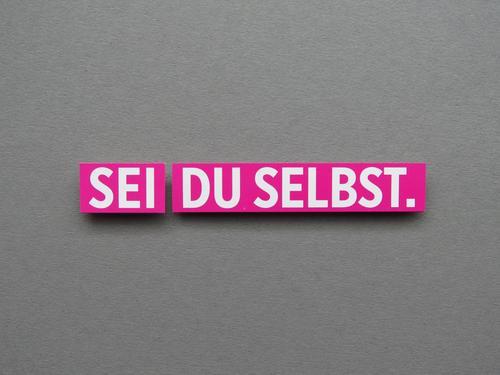 SEI DU SELBST. Schriftzeichen Schilder & Markierungen Kommunizieren authentisch grau rosa weiß Gefühle Zufriedenheit selbstbewußt Identität Farbfoto