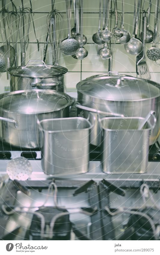 kochstudio Topf Schöpfkelle Rührbesen Küche Herd & Backofen authentisch glänzend Sauberkeit grau silber Farbfoto Innenaufnahme Menschenleer Tag