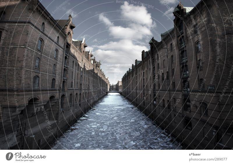 blau Ferien & Urlaub & Reisen Stadt weiß Haus kalt Wand Architektur Mauer Gebäude Stimmung braun elegant Verkehr Coolness Brücke