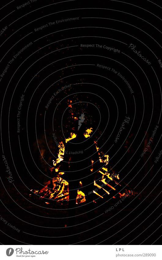 Burning man on St John's Eve day maskulin Mann Erwachsene Vater Leben Feuer Blick stehen Coolness heiß stark gelb orange rot Stimmung Ehre Tapferkeit Vertrauen