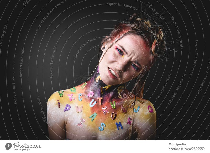 Junges Mädchen mit kreativem Alphabet-Make-up elegant Haut Gesicht Schminke Behandlung Frau Erwachsene Lippen Punk Natur Mode Ekel niedlich weiß bizarr