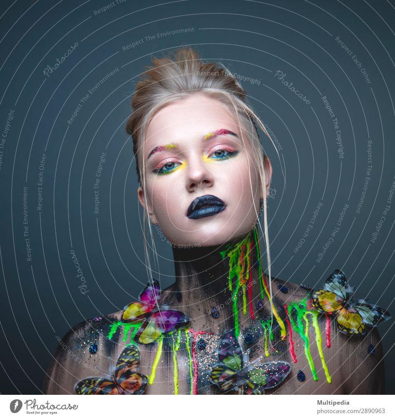 Junges Mädchen mit kreativem Make-up und Schmetterlingen elegant Haut Gesicht Kosmetik Schminke Behandlung Frau Erwachsene Lippen Natur Mode niedlich weiß