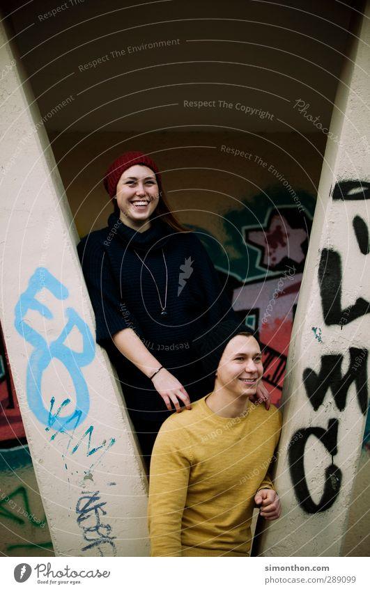 Spaß Mensch Jugendliche Freude Erwachsene Liebe Graffiti Herbst lachen Glück Stil 18-30 Jahre Paar Mode Familie & Verwandtschaft Freundschaft Zusammensein