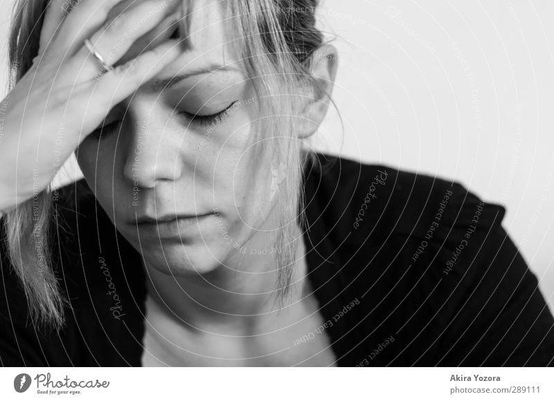 Einfach alles zu viel. feminin Junge Frau Jugendliche 1 Mensch 18-30 Jahre Erwachsene Arbeit & Erwerbstätigkeit berühren Denken Krankheit Gefühle Stimmung