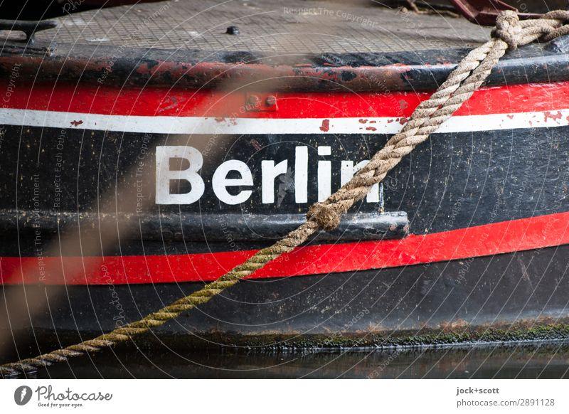kleines Berlin Binnenschifffahrt Seil Metall authentisch retro rot schwarz Mobilität Stil Symmetrie Typographie Zahn der Zeit Name Liegeplatz Begrenzung