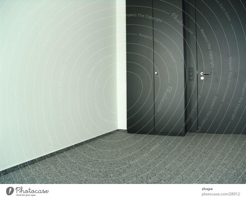 dritter raum weiß schwarz dunkel Wand grau hell Raum Tür geschlossen frei modern leer Teppich Schrank Goldener Schnitt Schranktüren